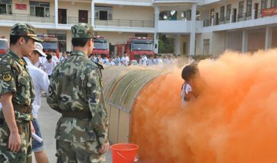 打水带保龄球 穿烟热通道 临高二中师生争做小小消防员