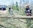 三亚红十字灾害应急救援队打通通往村庄的道路