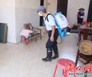 疾控部门相关工作人员为村民家消毒