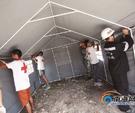 在文昌市翁田镇海棠堆村,志愿救援队正在帮受灾居民安装临时救助帐篷