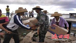 北港岛上,不时有爱心人士送来救灾物资